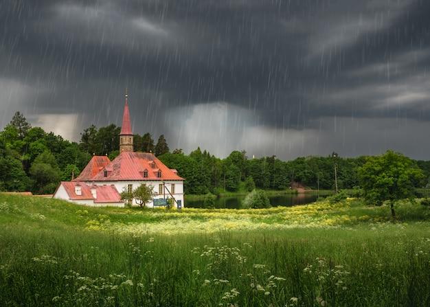 Paysage d'été avec une averse et un palais