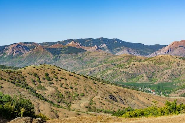 Paysage d'été avec collines et rochers