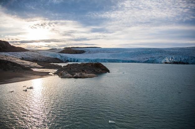 Paysage d'été dans les fjords du groenland