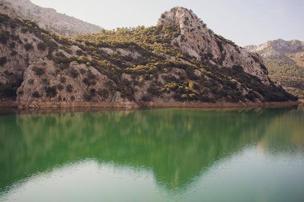 Paysage d'été idyllique avec lac de montagne clair dans les alpes.