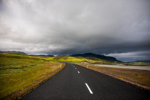 Paysage d'été et route dans le sud de l'islande, europe