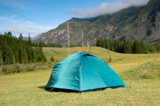 Paysage d'été avec une tente dans les montagnes de l'altaï