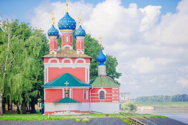 Paysage d'été avec vue sur le kremlin de souzdal