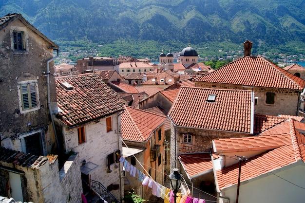 Paysage d'été avec vue sur le monténégro, ville de kotor