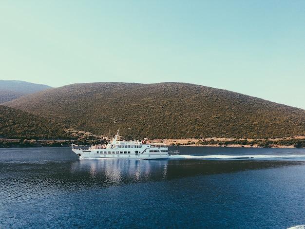 Paysage extraordinaire de montagne pénétrant l'eau de mer bleue