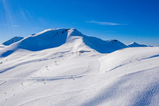 Paysage des falaises couvertes de neige capturées par une journée ensoleillée