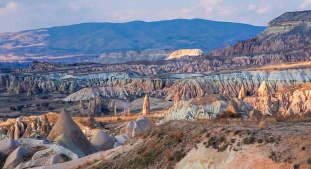 Paysage fantastique de canyon et de rochers dans la vallée rouge de la cappadoce en turquie