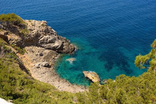 Paysage fantastique d'une falaise à une crique paysage fantastique d'une falaise à une crique à majorque
