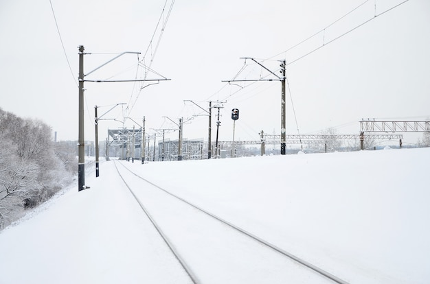 Paysage ferroviaire d'hiver, voies ferrées dans le pays industriel enneigé