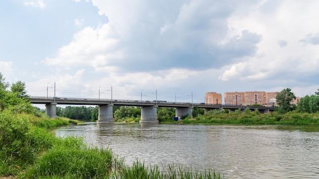 Paysage fluvial avant la pluie pont automobile sur l'oural