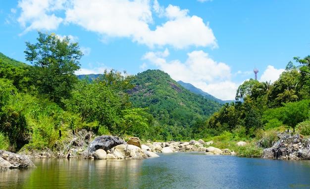 Paysage fluvial et montagne.