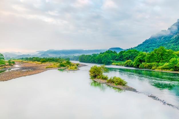 Paysage fluvial et montagneux