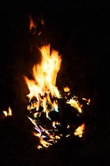 Paysage forestier de nuit feu de joie au feu de joie du soir d'été avec des étincelles volant autour