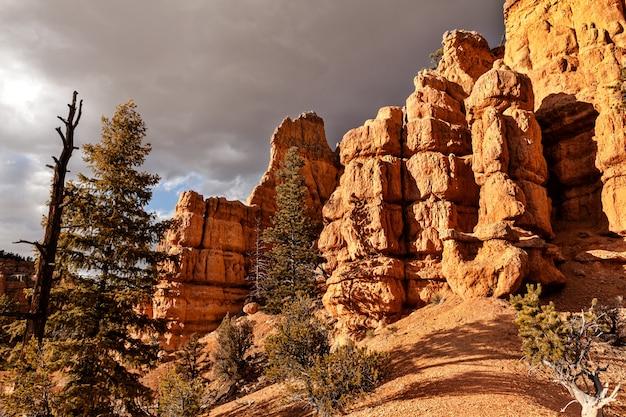 Paysage de formations rocheuses avant un coucher de soleil à state utah, paysage de hodoos