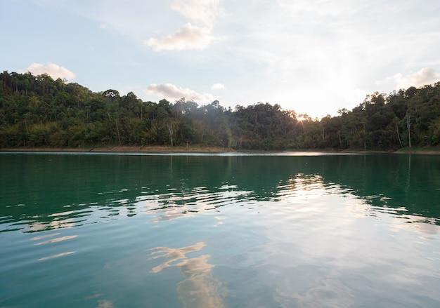 Paysage de gamme de rivière de forêt d'été.