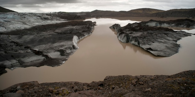 Paysage, glaciers fondant dans un lac glaciaire, moraine devant