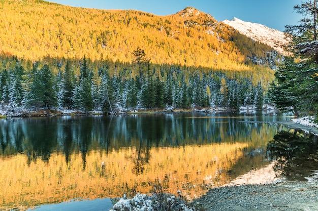 Paysage avec une grande nature sibérienne, altaï, russie.