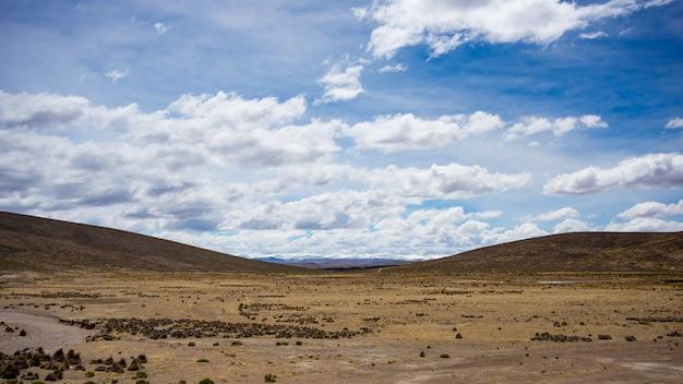 Paysage de haute altitude avec un paysage aride et stérile et un ciel dramatique pittoresque. grand angle de vue d'en haut à 4000 m sur les hauts plateaux andins, au pérou.