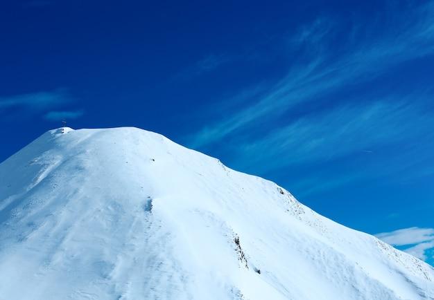 Paysage d'hiver des alpes de silvretta avec croix sur le sommet du mont. station de ski silvrettaseilbahn ag ischgl, tyrol, autriche.