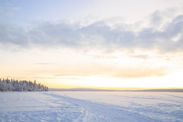 Paysage d'hiver au lever du soleil