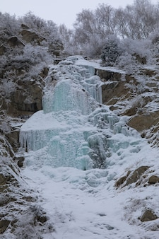 Paysage d'hiver avec cascade gelée
