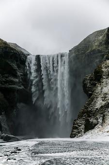 Paysage d'hiver dans la cascade de skogafoss, islande, europe du nord.
