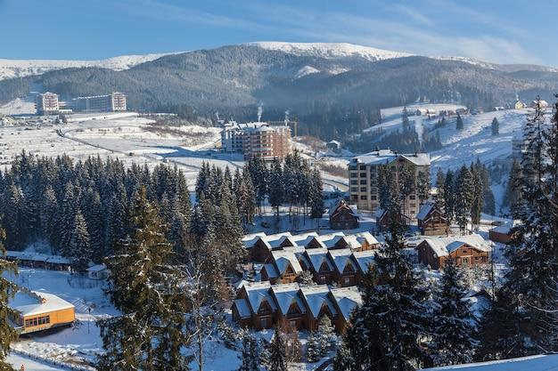 Paysage d'hiver dans la station de ski des montagnes de bukovel, maisons, hôtels, magasins et routes à bukovel