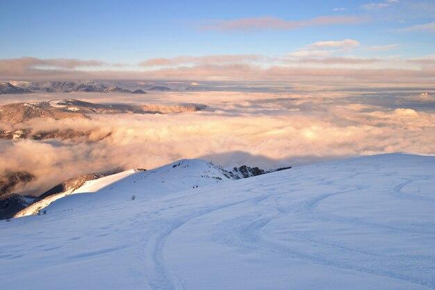 Paysage d'hiver freeride au coucher du soleil, neige dans les alpes