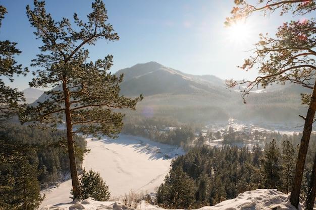 Paysage d'hiver de haute montagne
