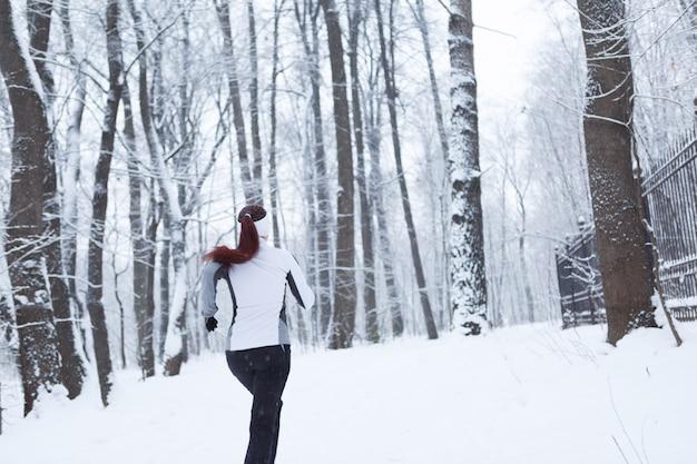 Paysage d'hiver avec jeune fille