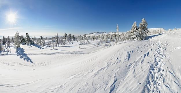 Paysage d'hiver de montagne au sommet du mont mustag, russie