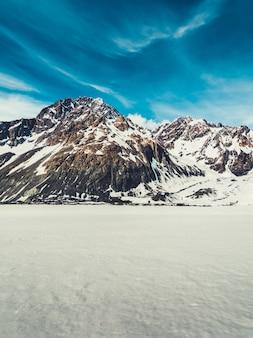 Paysage d'hiver de montagne de neige.