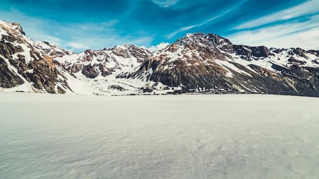Paysage d'hiver de montagne de neige