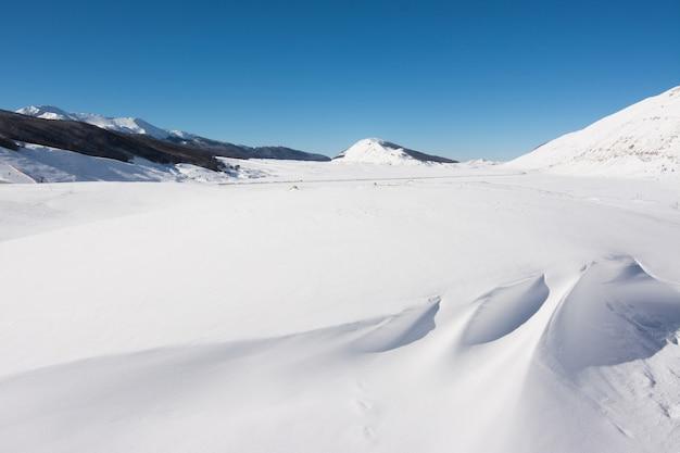 Paysage d'hiver avec de la neige. campo felice, italie