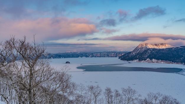 Paysage d'hiver avec paysage de montagne