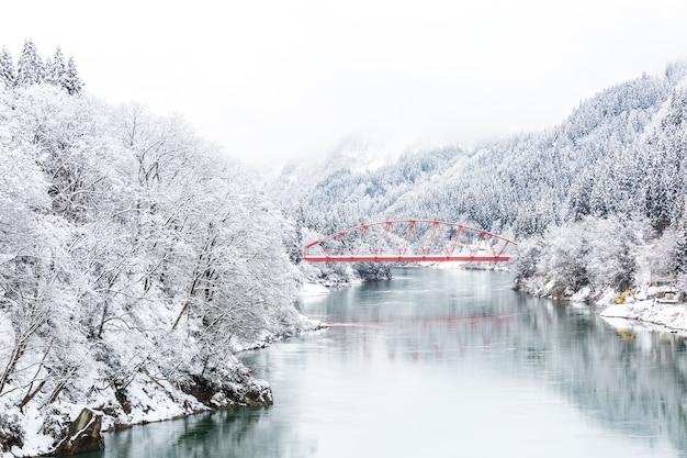 Paysage d'hiver pont rouge