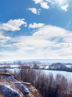 Paysage d'hiver avec rocher, rivière et ciel pittoresque