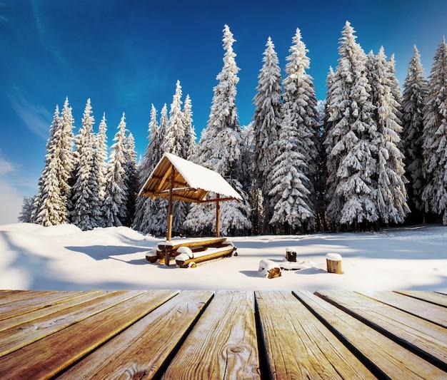 Paysage d'hiver et table minable sur un coucher de soleil. montagnes des carpates, ukraine