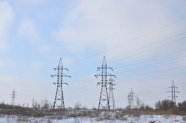 Paysage d'hiver avec des tours de lignes de transmission