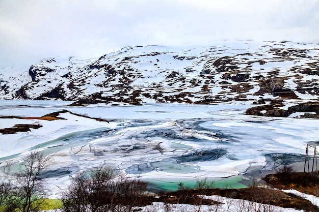 Le paysage hivernal : lac et montagne glacés