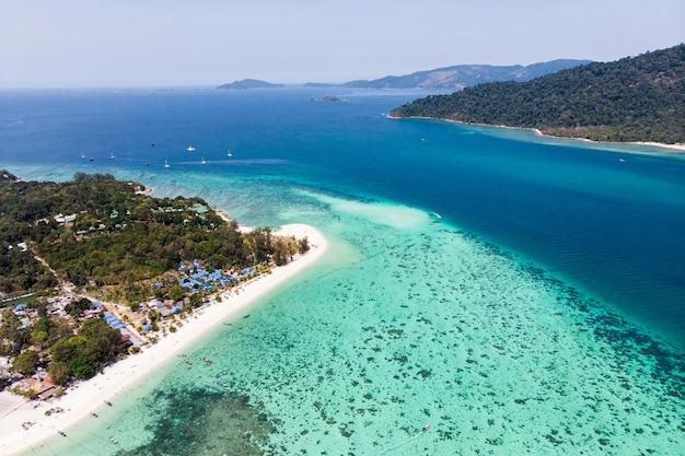 Paysage de l'île de lipe avec récif de corail en mer tropicale en été
