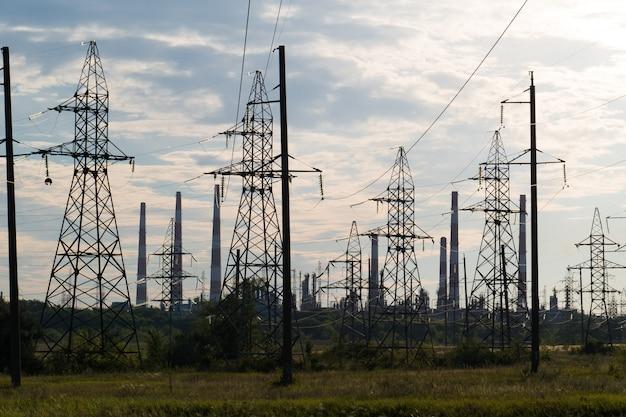 Paysage industriel avec des lignes électriques dans la raffinerie de tuyaux de fond.