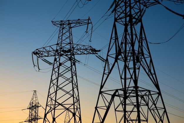 Paysage industriel. tour électrique haute tension silhouette