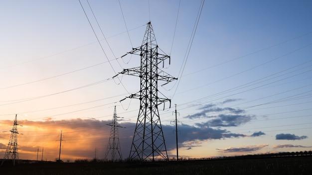 Paysage industriel de tours avec câbles haute tension.