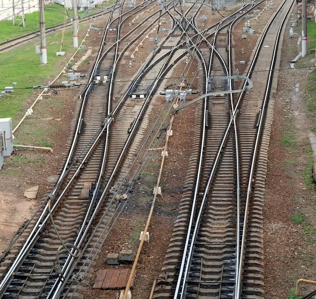 Paysage industriel avec des voies ferrées sur des traverses de chemin de fer en béton, des flèches et vue de dessus de l'équipement de voie