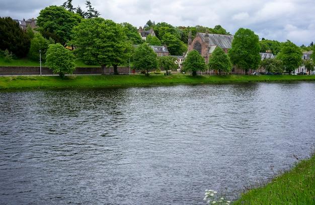Paysage d'inverness tranquille visualisation ness bank church à côté de la rivière ness , ecosse