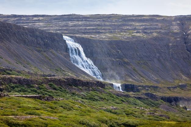 Paysage d'islande d'été avec une belle cascade
