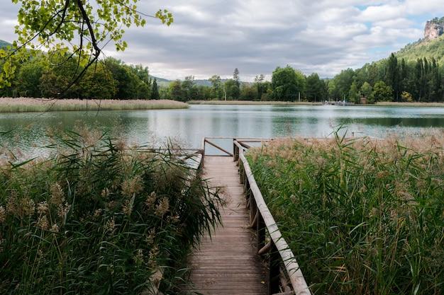 Paysage d'un lac où apparaît une passerelle