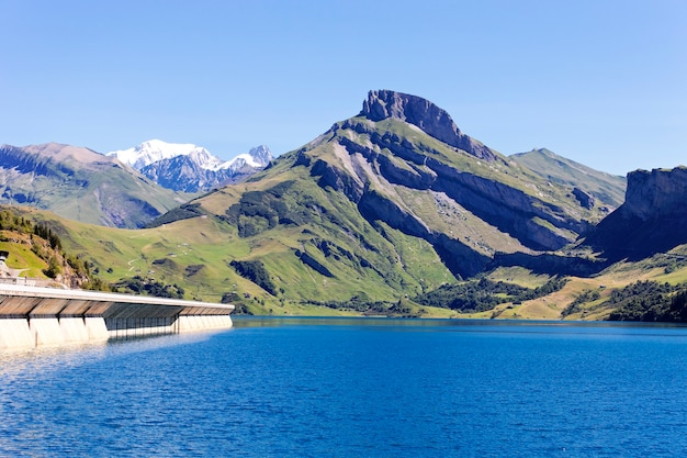 Paysage avec lac et barrage