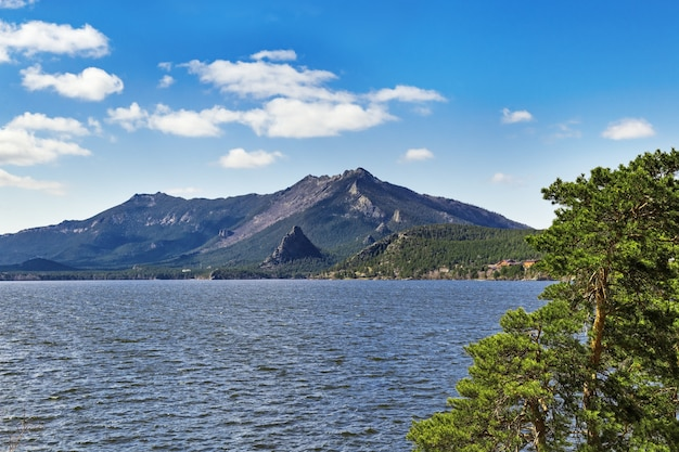 Paysage avec lac burabay et montagnes. parc naturel national de burabay dans la république du nord du kazakhstan.